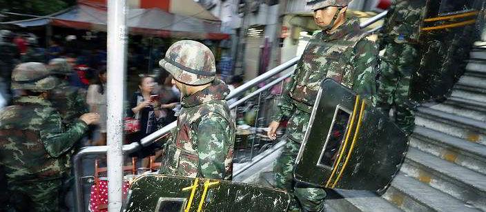 Militairen in Bangkok voor avondklok