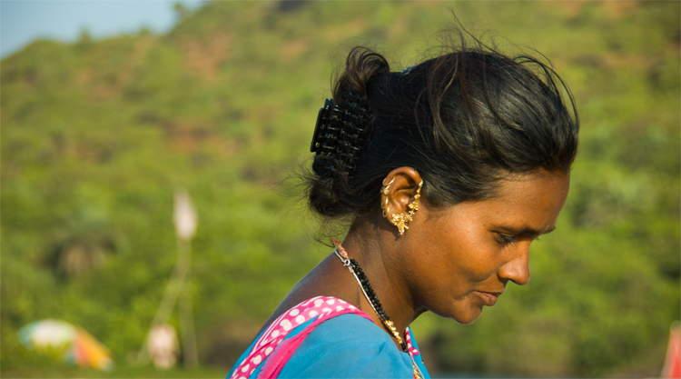 Vrouw op het strand van Arambol in Goa India