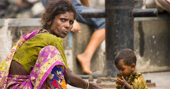 Vrouw met kind in Colaba Mumbai