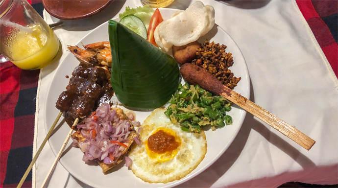Bord met Nasi Campur bij Restaurant Dewa Dewi in Lovina