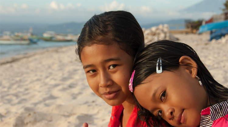 Kinderen op het strand van Nusa Lembongan