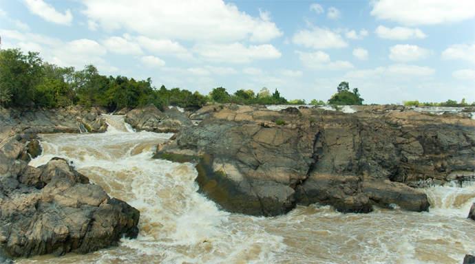 Watervallen van Khone Phaheng bij Si Phan Don bekijken
