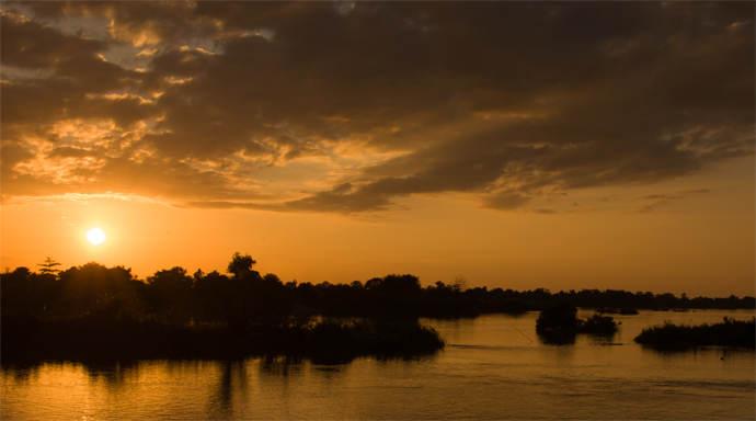 Zonsondergang bij Souksan Sunset Huts bekijken