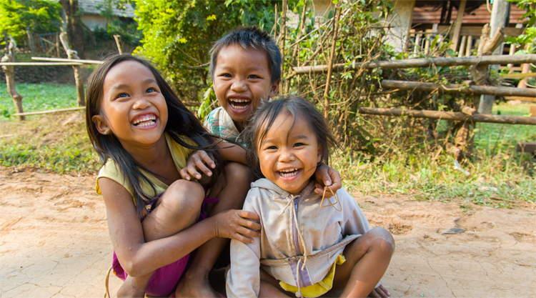 Spelende kinderen in Tad Lo Laos