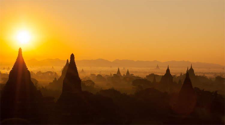 Tempsl van Bagan bij zonsopgang