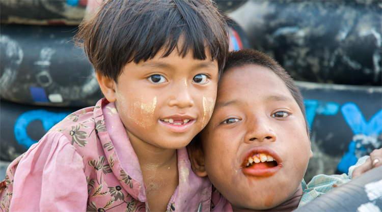 Kinderen uit Myanmar op het strand van Chaungtha Beach