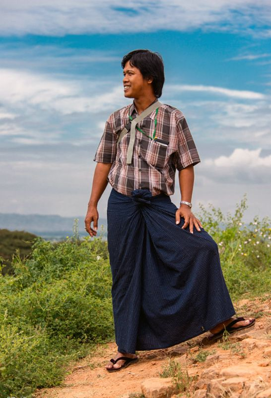 Man in traditionele longyi in Myanmar