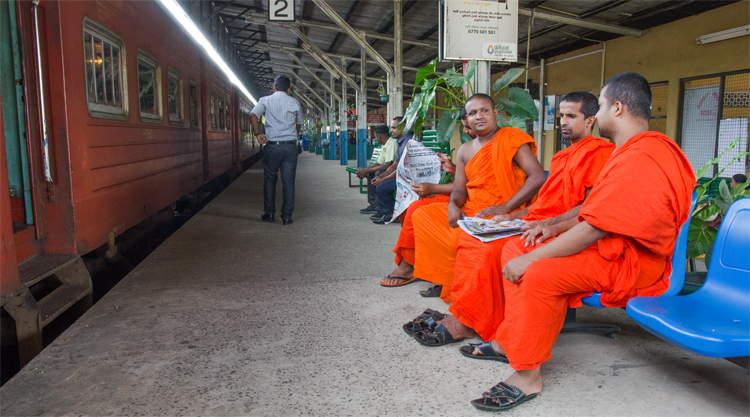 Moniken op het treinstation van Matara