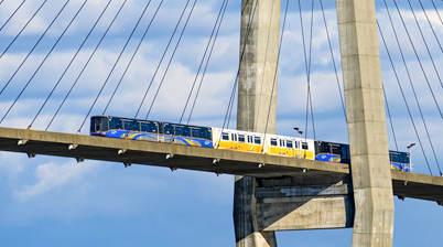 Rijdende skytrain op een brug in Bangkok