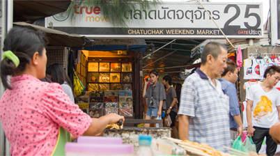 Ingang Chatuchak Weekend Market, gat 25, verkoopster, bezoekers