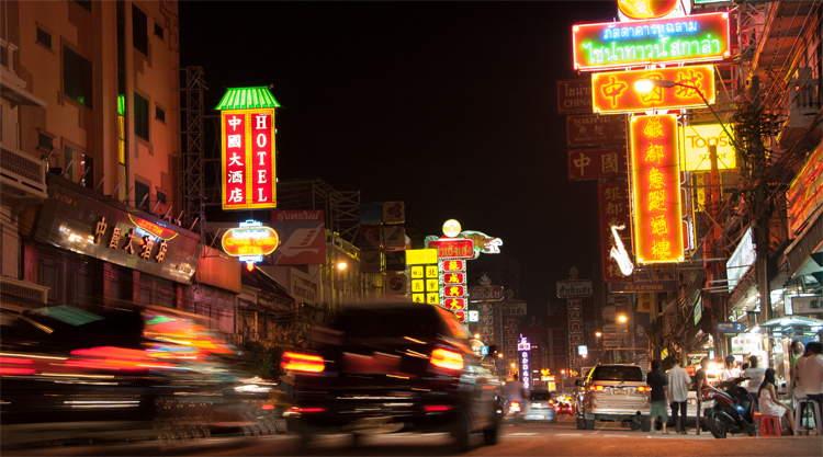 De voorbij razende avondspits in Chinatown Bangkok
