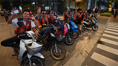 Groep motorbike taxi drivers in Bangkok