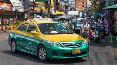 Groen gele taxi in Bangkok op straat