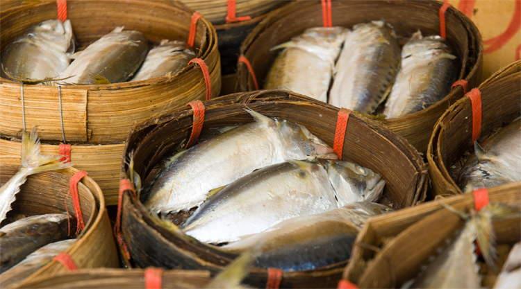 Gedroogde vis in mandjes in Bangkok