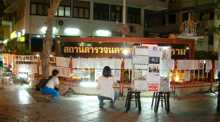 Tsunami slachtoffers gezocht bij Khao San Road in Bangkok