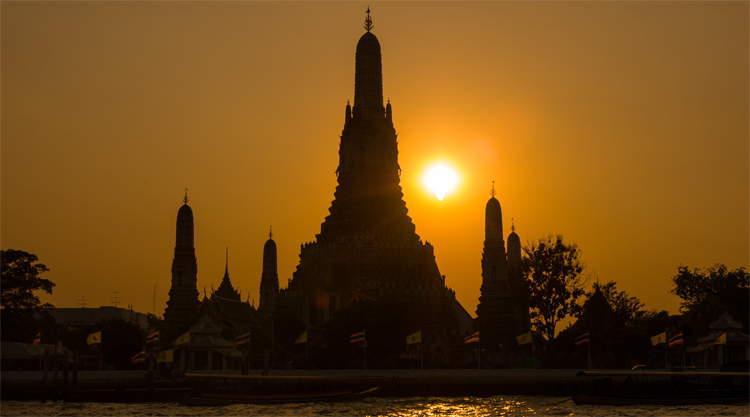 Zonsondergang bij Wat Arun in Bangkok