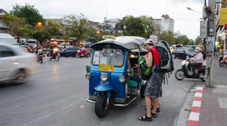 Backpackers bij een tuk-tuk in Chiang Mai