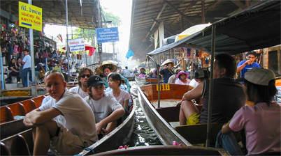 Bezoekers in bootjes, floating market, damnoen saduak drijvende markt