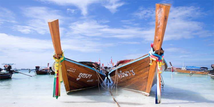 Twee longtail boten op Pattaya Beach op Koh Lipe in Thailand