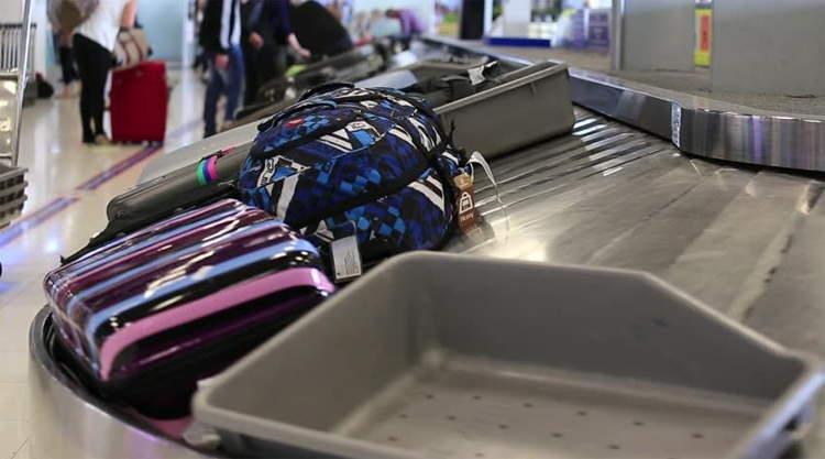 Bagage op bagageband op een vliegveld