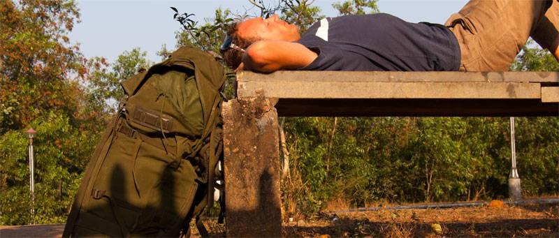 Broterlouis chillt met rugzak op een bankje in India
