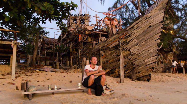 Brotherlouis op een strand op Koh Phayam in Thailand